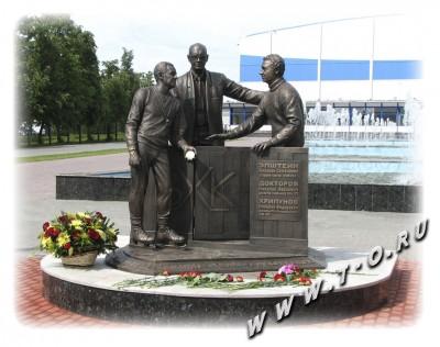 Скульптурная композиция, отлитая в бронзе в честь основателей хоккейной команды/